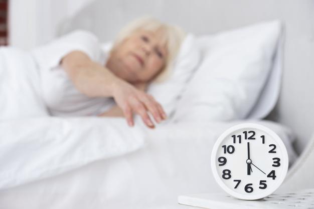 Insônia em idosos não é normal e é preciso investigar as causas
