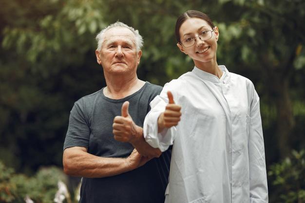 Quando o idoso precisa entender a importância de ter um cuidador em casa