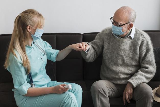 Como o cuidador de idosos pode ajudar a enfrentar o isolamento na pandemia