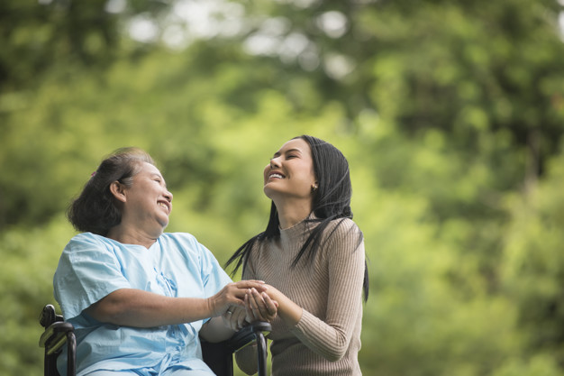 Você sabe quais são os benefícios de um cuidador de idosos?