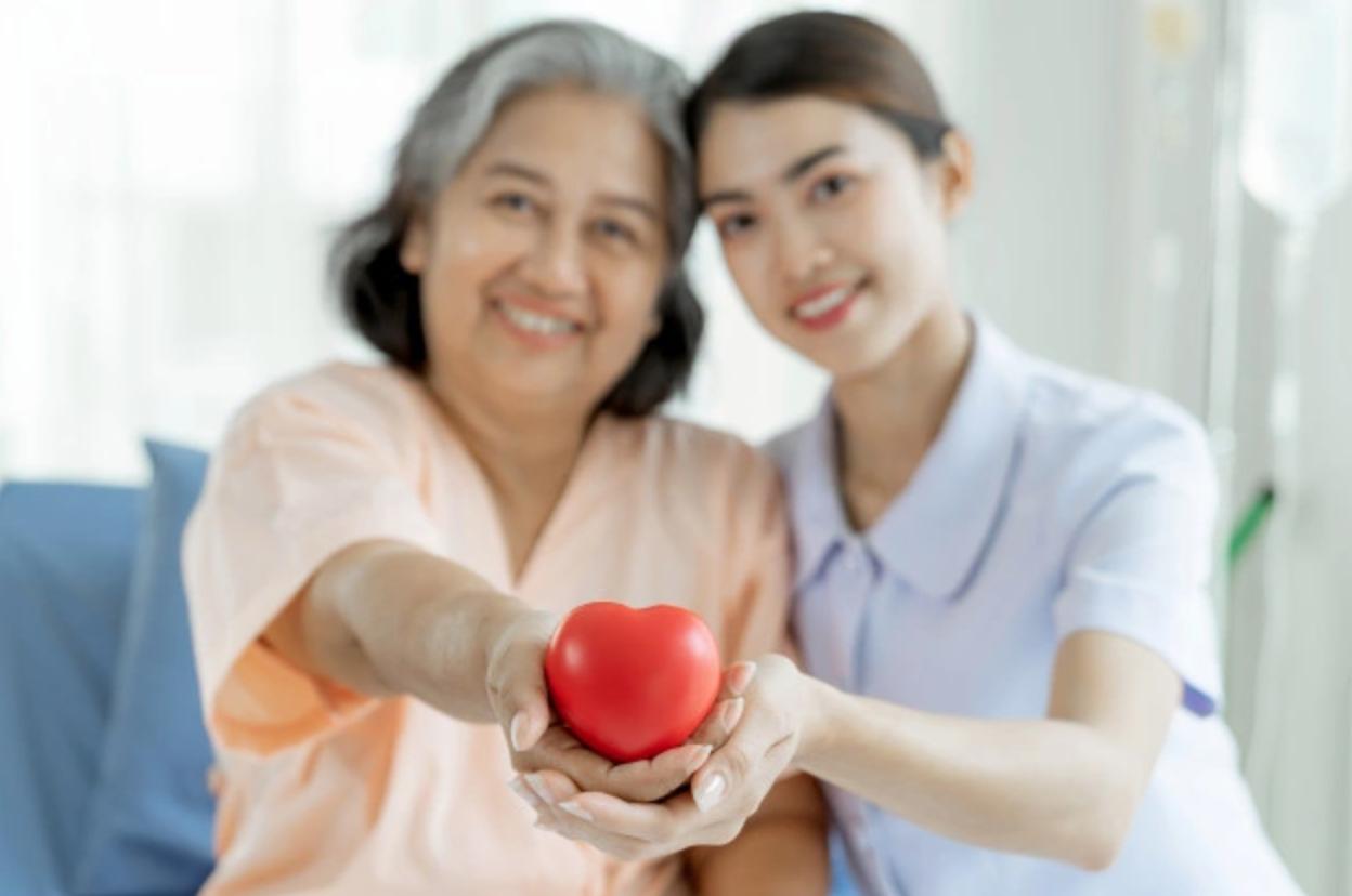 Como encontrar um cuidador de idoso; veja algumas dicas para acertar na contratação