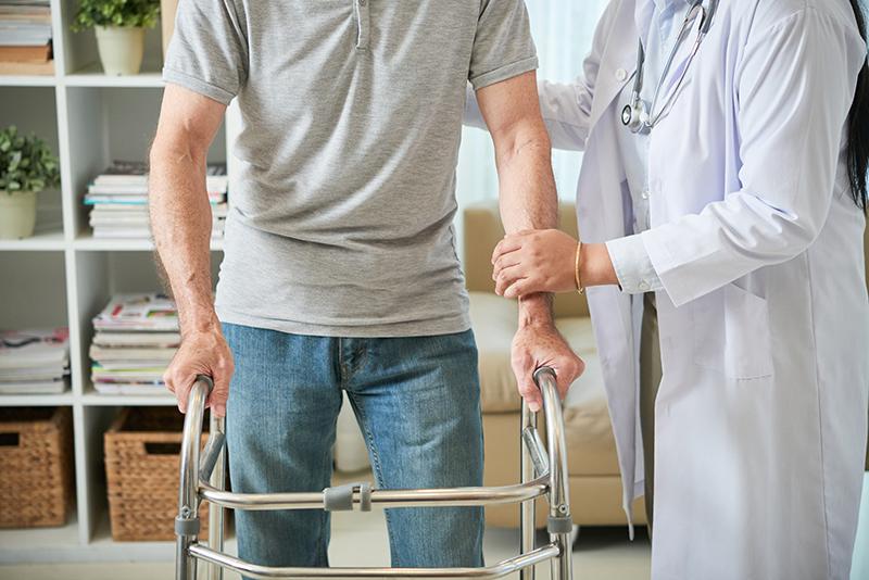 Cuidados essenciais em casa podem diminuir risco de quedas em idosos